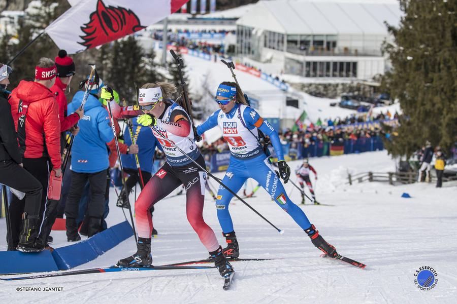Marte Olsbu Røiseland marcata da Lisa Vittozzi in occasione della staffetta mista