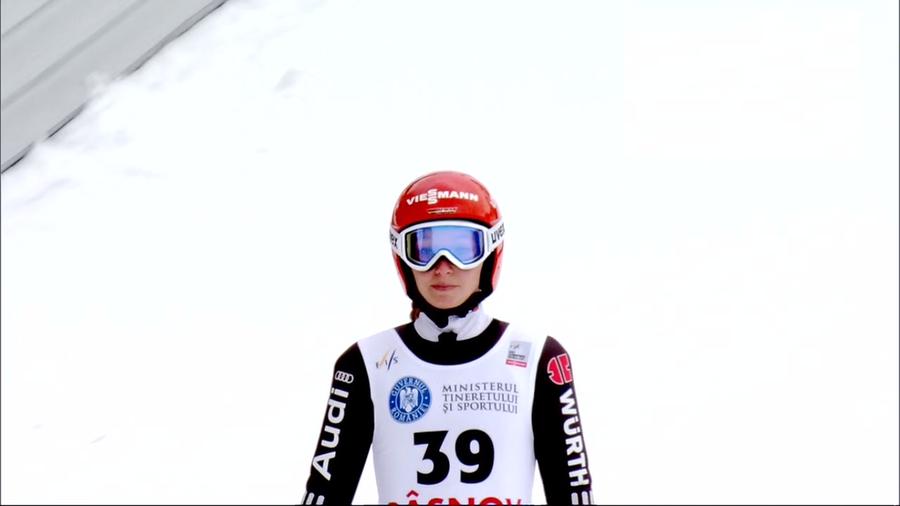 Katharina Althaus pesca il biglietto vincente della lotteria di Lillehammer