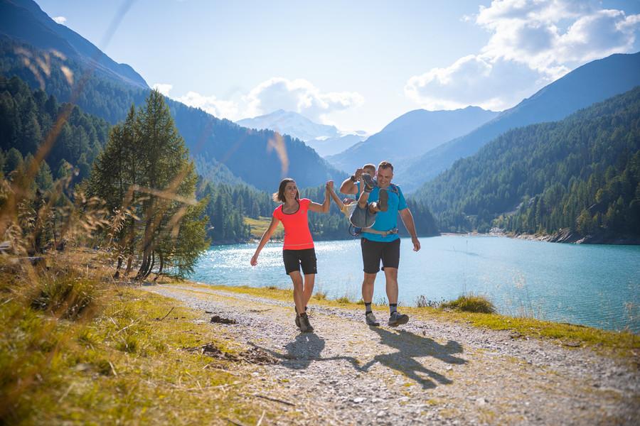 """Turismo: escursioni in bici e a piedi nella Val Martello, regno della fragola """"più alta d'Europa"""""""
