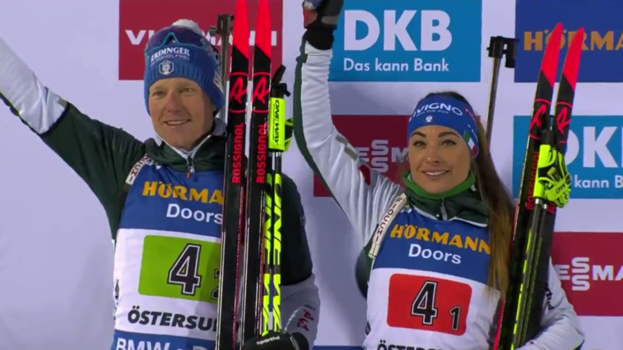 VIDEO - Wierer e Hofer ricevono l'argento per la single mixed relay: guarda le immagini dalla Medal Plaza