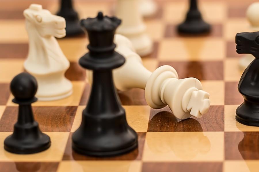 Magnus Carlsen batte Wesley So al terzo tentativo tra le lamentele per il sorteggio dei copioni
