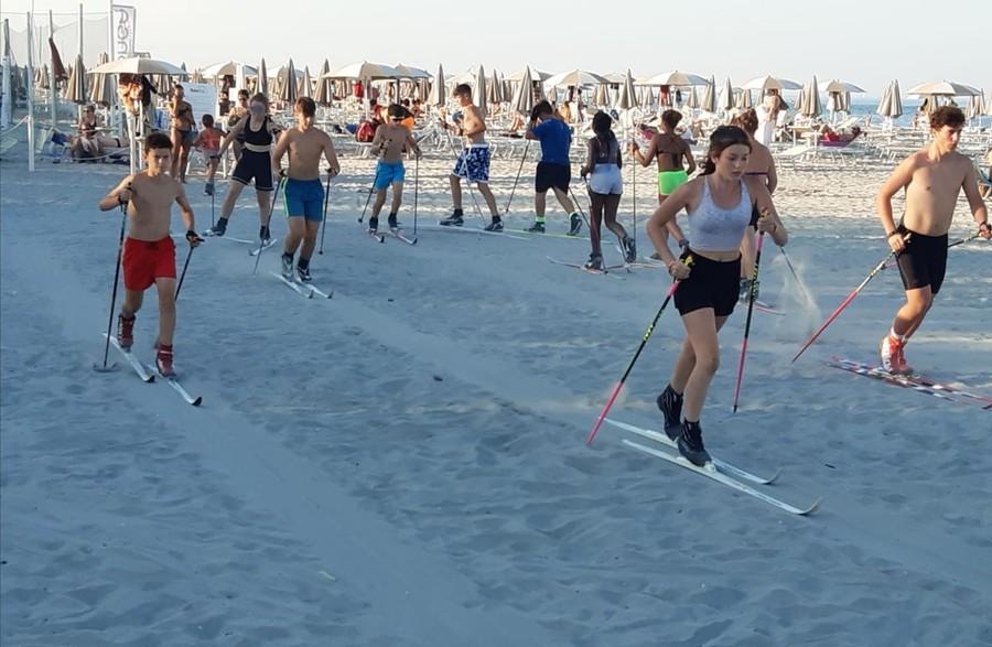 Fondo - In spiaggia con gli sci: l'allenamento estivo della squadra del Comitato Appennino Emiliano