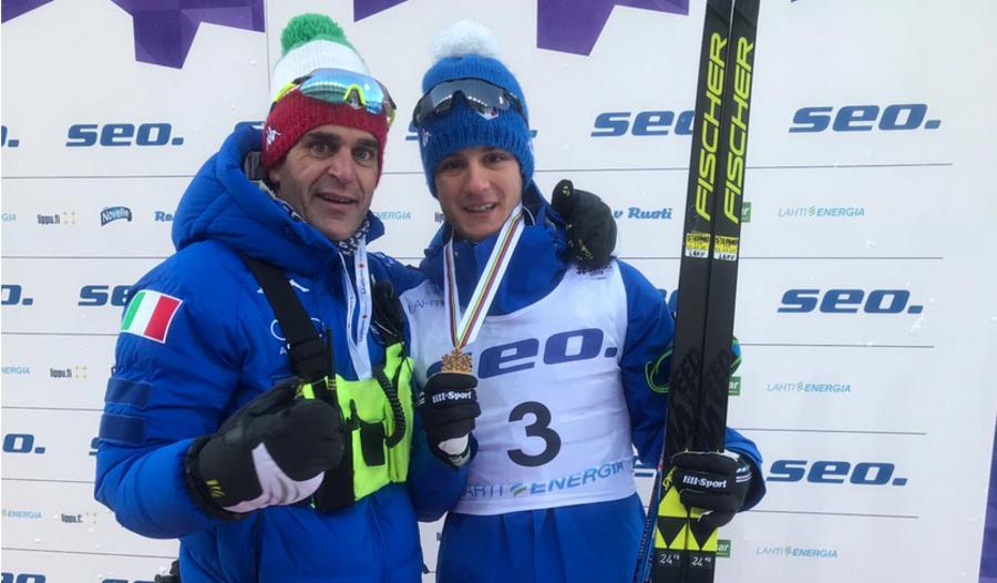 Pietro Piller Cottrer con Luca Del Fabbro dopo l'oro mondiale di Lahti