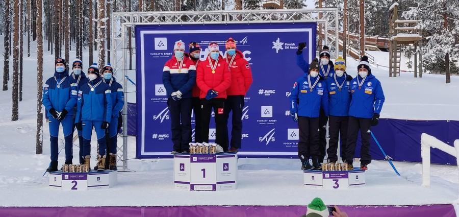 Fondo - La gioia dei quattro azzurri dopo il bronzo in staffetta al Mondiale Juniores