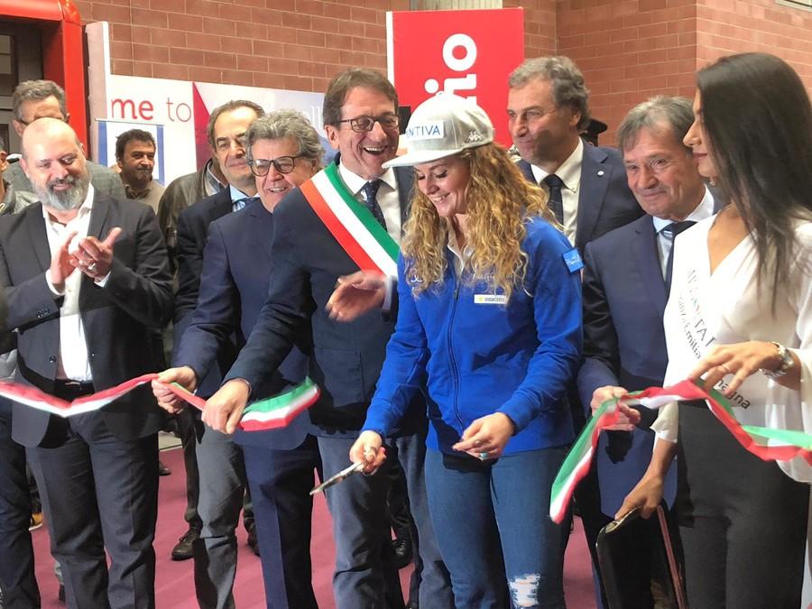 Il presidente Roda al fianco di Michela Moioli durante il taglio del nastro di Modena Skipass
